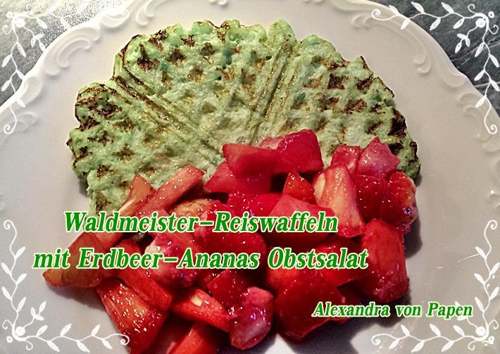 Waldmeister-Reiswaffeln mit Erdbeer-Ananas Obstsalat